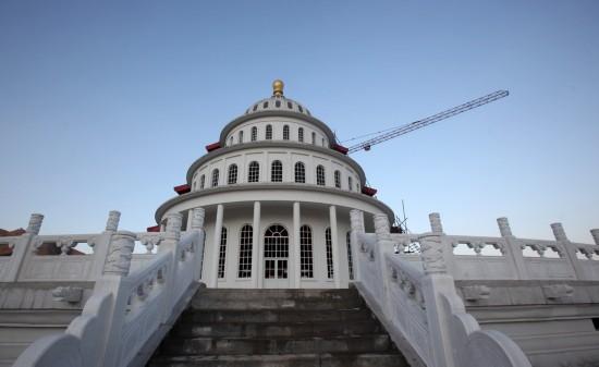 Nửa còn lại được xây dựng theo kiến trúc của tòa nhà quốc hội Mỹ. (Ảnh: Internet)